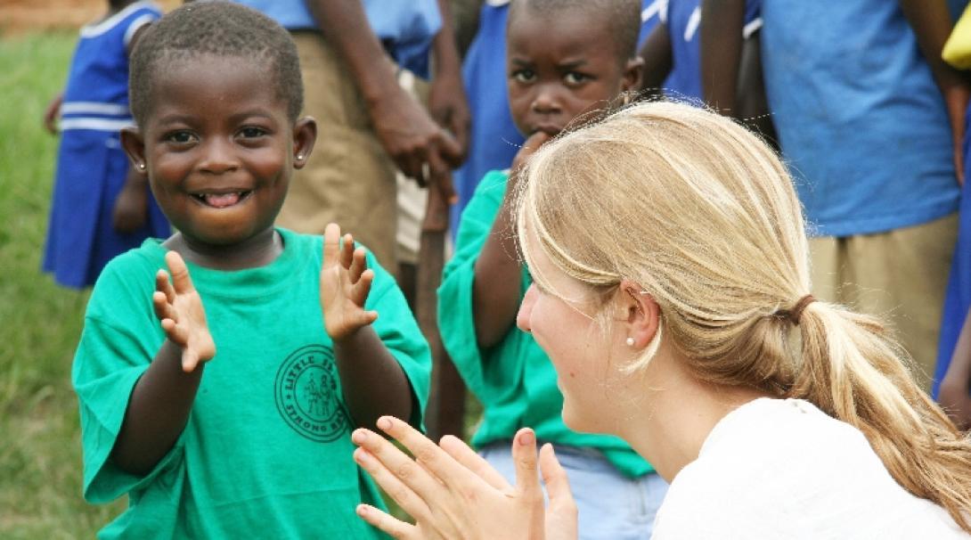 チャイルドケアボランティアとガーナの子供たち